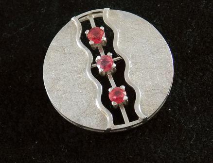 Zilveren broche met 3 rode saffier