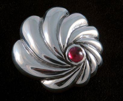 Zilveren broche met robijn